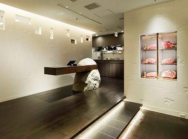 【大阪ヒルトンプラザウエスト店】 焼肉店とは思えぬ高級感溢れる店内は 全席個室の大人なプライベート空間になっています◎