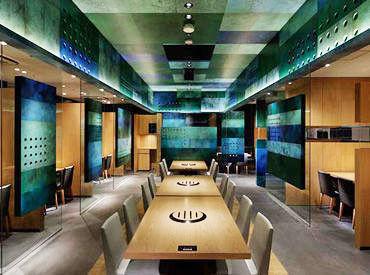【ウィング川崎店】 半個室のテーブル席からなる店内は、 銅の「緑青」を特殊塗装でグラフィカルに表現した寛ぎ空間です★