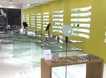 国内外さまざまなブランドのメガネを取り扱うセレクトショップ♪ 働きながらオシャレのセンスも磨かれるかも?!