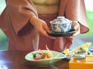 上質な空間で、お客様にお料理をお届け。慣れるまでは、横で先輩がしっかりフォローしてくれるので、未経験も安心です!