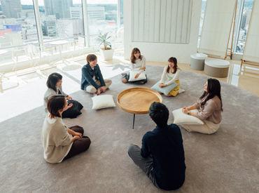 開放感あふれるリフレッシュルームで チームのみんなと休憩中♪ 豊かな感性が生まれるよう 「旅」をテーマにデザインしました。