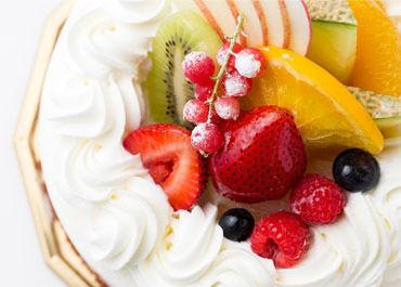 バースデーケーキには季節のフルーツがたっぷり゚+.゚ 買いにくるお客様は笑顔であふれています。