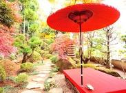 季節の足音が聞こえる庭園から臨む、 赤く色づくもみじは見るものの心をわし掴み。 和の趣を感じながら、働いてみませんか?