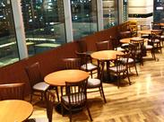 大阪市街を見渡せる絶景は、お昼も夜もとってもステキ★ こんなオシャレな所で働いてるなんて、自慢できちゃいますよ◎