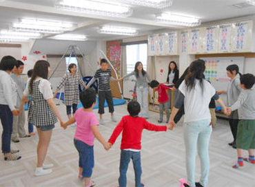 \全20名が活躍中/ 室内では音楽にのってダンスしたり◎ 曜日によって様々な活動をするので、 STAFF自身も楽しく行っています。