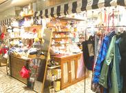 <服装・髪型自由>私服+オリジナルの青ジャケットでお仕事★ お店で扱うアクセサリーとも、コーディネートで楽しめます。