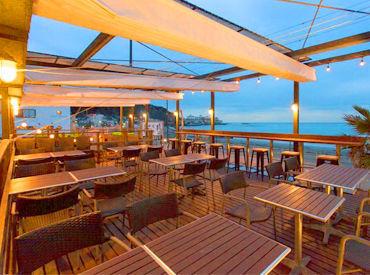 【カフェstaff】週末勤務できる方歓迎★海を眺めながら、テラスでバーベキュー!サーフィンしてから出勤するスタッフも♪