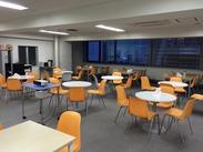 休憩スペースと、なんと無料ドリンクサーバーも完備(^^♪ 寒い季節も、暖かい快適なオフィスでデスクワークできます!