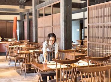 【店内STAFF】木々の緑と、オレンジの明かりに癒やされる♪ゆったりとした雰囲気の、自然食レストラン.+*☆ 1日3h~フルタイムまでOK ☆