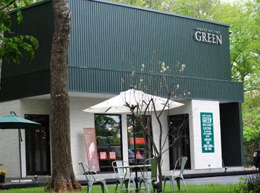 グリーンの看板が目印のパティスリー! 白を基調とした内装はインテリアショップのよう…♪ わくわくしながらお仕事できますよ◎
