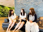 勤務地は渋谷ヒカリエ内♪お仕事終わりの買い物やランチタイムに使えるヒカリエ内60店舗の割引制度有♪服装ネイル等自由です♪