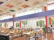 明るくきれいな社員食堂です★ 料理の盛り付けなど、補助をお願いします♪