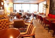 オーナーこだわりのアンティーク家具が並ぶ店内は、 どこか懐かしさに安心感を覚えるほど。お客様ものんびりムードです。