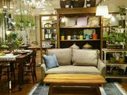 オリジナル家具や雑貨を通じて、お客様と直接関わることができる店舗です。お仕事の満足度が高いのも魅力的◎