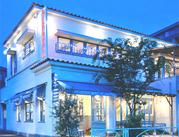≪白い壁が特徴的@世田谷本店≫夜になるとライトアップ♪ 壁のイラストやシャンデリアetc..オシャレなヨーロッパ風のお店です♪