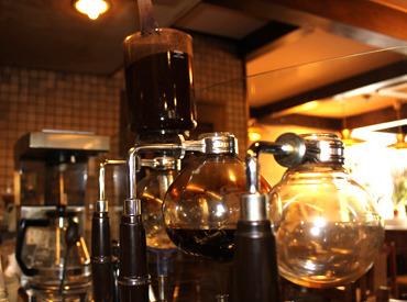 まるで理科の実験のような器具を使いコーヒーを抽出する「サイフォンコーヒー」!こだわりのコーヒーを休憩中、無料で飲めます◎