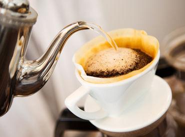 浅煎り・中煎り・深煎りの 3段階の焙煎から選べるコーヒーが大人気! あなたもおいしく淹れられるようになりますよ。