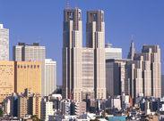 新宿の高層ビルが職場に♪駅直結の超好立地です◎交通費は4万2000円まで支給されるので、遠方の方もご安心ください♪