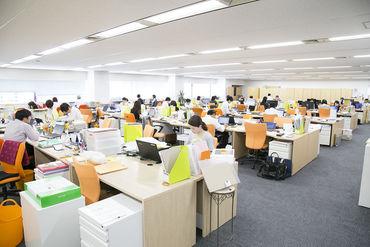明るい印象のオフィスです☆ パートの方にもお一人ずつ 座席とパソコンをご用意します! 駅チカで通勤しやすい立地♪