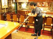 """お店の床を掃除している様子です◎接客はありませんが、お店を支える""""縁の下の力持ち""""のような大切なお仕事です♪"""