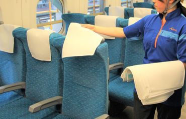 こちらは座席カバーを取り替えている様子◎ 自分のペース配分で黙々と 新幹線のナカをキレイにします♪
