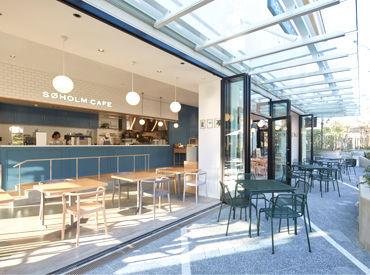 青と白を貴重とした店内に、オープンテラスのある優しい雰囲気◎スーホルムカフェを通して「丁寧なくらし」のお手伝い♪
