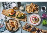 男女問わず人気のボリューミーなバーガー、ふわモチ食感のパンケーキ、ヘルシーなスムージーなど人気のメニューがいっぱい!