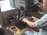 専用の機械を使用して、金属(鍵)の加工を行っていきます◆未経験でも、先輩社員がしっかり教えるのでご安心ください!