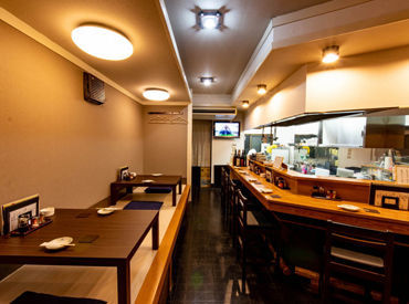 カウンター席7席、テーブル席2席の小さなお店です◎ 天ぷらをメインに、その日仕入れた旬の食材を使った料理を提供しています♪