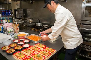 【惣菜製造STAFF】地元でおなじみの大型食品スーパー内デリカコーナーに並ぶ、美味しいお惣菜、お弁当等の製造スタッフ大募集です!