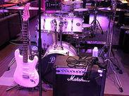 音楽好きが集まる本格Bar空間◇:゜お客様とダーツをご一緒することも♪※画像はイメージです。