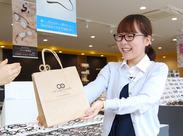 <未経験大歓迎♪> *世界に1本だけ!お客さま1人ひとりのメガネ作りをお手伝い♪ まずは接客の仕方や、メガネの基礎知識から!