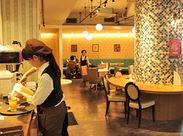 オリエンタルカラーにラフ感やレトロ感をおりまぜた人気カフェ! サポート体制バッチリだから未経験スタートでも安心♪
