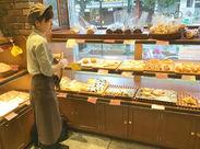 \*秋のNEW STAFF大募集*/ パンのいい香りに包まれるしあわせバイト♪まずはパンを並べたり、袋に詰めるところからスタート!