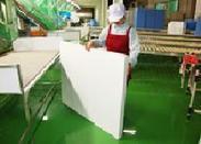 工場内の風景、製品検査の様子です。