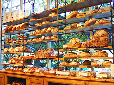 たくさんの種類のパンが並んだ棚を 見ているだけでも幸せ…** 社員割引で食べることができますよ◎