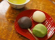 """創業当時から変わらない人気メニュー! 鮮やかな赤い小皿の上にあるのは、名物の""""鶯団子"""" 甘すぎず、上品な味わいが評判です。"""