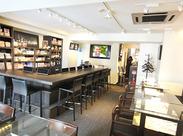渋谷店はカフェ&バースペースあり♪大人がゆったりカードゲーム、スポーツを楽しめる空間です!スタッフも一緒に盛り上がれる★