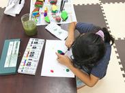 「この石は何に見えるかな?」「何色を塗る?」など、子ども達と会話を楽しみながら、工作を楽しむことも♪