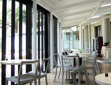 【カフェSTAFF】。*現代アート美術館内CAFE*。オシャレ空間×芸術のようなスイーツ♪パーティーの時は高時給1350円!ネイル・ピアス等FREE★