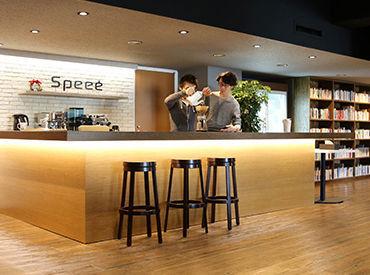 \オシャレなラウンジがあるきれいなオフィス♪/ コーヒーや紅茶が無料で飲めますよ♪ さらに書籍も借り放題です◎