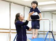 \子どもたちとわいわい運動♪/鉄棒やとび箱、マットなどを指導◎子どもたちに体を動かす楽しみを感じてもらおう♪