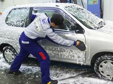 洗車はチーム皆で協力して行います!!一緒の作業をしていると、すぐに仲良くなりやすいんです♪