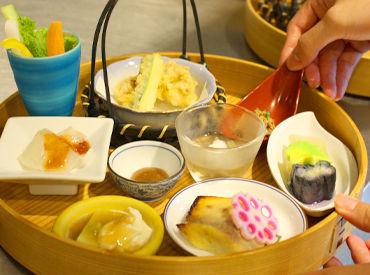 \作業風景です/ 冷蔵庫から小鉢を取り出して、 並べて、調理担当の社員さんが揚げ た天ぷらをもらって、並べて…この程度♪