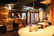 《オシャレ&キレイ》木の温もりを感じる店内☆こだわりの照明や内装でお客さまをおもてなし♪ 落ち着いた洋楽が流れる店内です♪