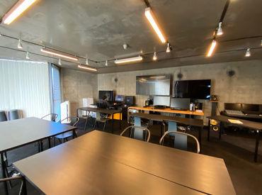 都会的な雰囲気のオフィスです。 動画クリエイターの方なども来社されたりするので、刺激的な日々も送れます!