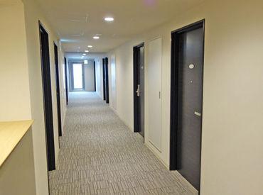 """【ホテル清掃STAFF】NEW オープンのスタイリッシュホテル♪オシゴトは""""ご自宅でのお掃除感覚""""でOK!新築の香りがする中、拭いたり掃いたり★"""