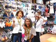 制服は3ヶ月ごとにチェンジ♪今はアロハシャツです☆ キャップやピアスなど、自分らしくオシャレして働けます!
