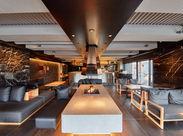 一面ガラス張りの新築デザイナーズビルは、先斗町の新たなランドマーク的存在に。上質なくつろぎ空間をお客様へ。