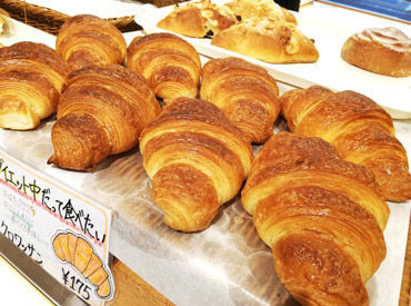 焼き上がっているコッペパンに具材をはさむので超カンタン☆ 具材は、ジャムやクリーム、唐揚げなど♪ 個性的なパンもあり◎